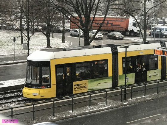 Flexity Tram [8001] als Linie M4